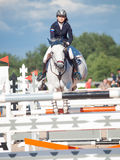 HEILIGES PETERSBURG 5. JULI: Rider Aleksandra Pushkarskaya auf Corin Lizenzfreie Stockbilder