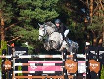 HEILIGES PETERSBURG 5. JULI: Rider Maria Khimchenko auf Calina im Th Lizenzfreies Stockbild