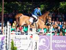HEILIGES PETERSBURG 5. JULI: Rider Valeriya Sokolova auf Sir Stanwel Stockfotografie