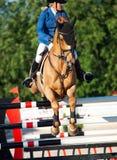 HEILIGES PETERSBURG 5. JULI: Rider Valeriya Sokolova auf Sir Stanwel Stockbild