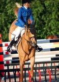 HEILIGES PETERSBURG 5. JULI: Rider Valeriya Sokolova auf Sir Stanwel Stockfotos