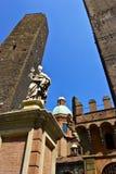 Heiliges Petronius Statue nahe zwei Kontrolltürmen im Bologna Stockfotos