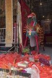 Heiliges Pferd chinesischen hungrigen Geist-Yu Lan-Festivals wurde durch Gläubiger ` Angebote umgeben Lizenzfreie Stockfotografie