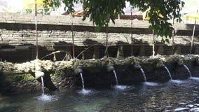 Heiliges Quellwasser in Tempel Tirta Empul, ein hindischer Balinesewassertempel gelegen nahe der Stadt von Tampaksiring, Bali, In stock video footage