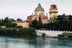 Heiligesgeorges Kirche auf Adige-Fluss-Querneigung Lizenzfreies Stockfoto