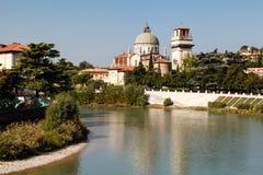 Heiligesgeorges Kirche auf Adige-Fluss-Querneigung Stockbild