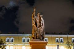 Heiligstatue mit Holdingkreuz, der Kreml in Moskau lizenzfreie stockfotografie