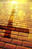 Heilsweg mit Schatten des Kreuzes auf den Platten vertikal stockbilder