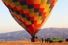 Heißluft-Ballon entfernen sich bei Cappadocia, die Türkei Lizenzfreies Stockfoto