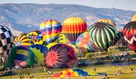 Heißluft-Ballone bereiten sich für Start vor Stockfoto