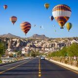 Heißluft steigt nahe Goreme, Cappadocia, die Türkei im Ballon auf Lizenzfreie Stockfotos