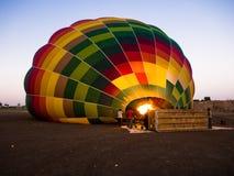 Heißluftballon, der aufgeblasen wird Lizenzfreies Stockbild