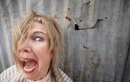 Heimatlose schreiende Frau stockfotografie