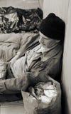 Heimatloser Mann auf der Straße lizenzfreie stockfotos