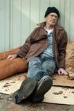 Heimatloser Mann, der auf der Straße schläft stockbild