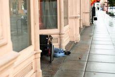 Heimatloser Mann in der Tür Lizenzfreie Stockfotos