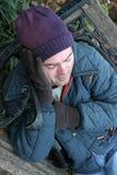Heimatloser Mann hält warm Lizenzfreies Stockbild