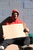 Heimatloser Mann mit Zeichen Stockfoto