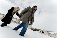 Heimatloser Paarkampf im Winter Stockfotos