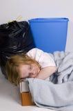 Heimatloses Kind, das in einem Kasten schläft Lizenzfreies Stockfoto