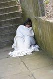 Heimatloses Mädchen-Schlafen rau Stockfotos