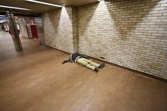 Heimatloses Schlafen aus den Grund Stockfoto