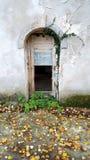 Heimelijke kasteelingang door gebroken houten deuren royalty-vrije stock afbeelding