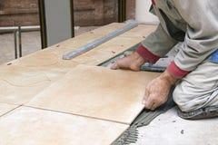 Heimwerken, Erneuerung - Bauarbeiterdachdecker deckt mit Ziegeln Lizenzfreie Stockbilder