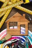 Heimwerken-Konzept - Arbeits-Werkzeuge und Haus lizenzfreie stockbilder