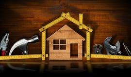 Heimwerkenkonzept - Haus- und Arbeitswerkzeuge stockbild