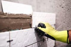 Heimwerker, Dachdecker, der Keramik auf Innenwänden anwendet lizenzfreie stockbilder