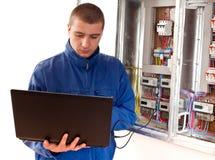 Elektriker, der mit Laptop arbeitet Lizenzfreies Stockfoto
