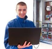 Heimwerker, der mit Laptop arbeitet Stockfoto