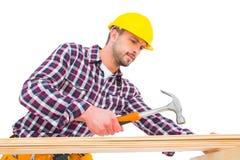 Heimwerker, der Hammer auf Holz verwendet Stockbilder