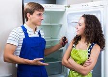 Heimwerker, der Kühlschrank in der Küche repariert Lizenzfreie Stockfotografie