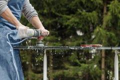 Heimwerker, der mit Schleifmaschine arbeitet Lizenzfreies Stockfoto