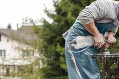 Heimwerker, der mit Schleifmaschine arbeitet Lizenzfreie Stockbilder