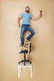 Heimwerker in einer gefährlichen Haltung Stockfoto