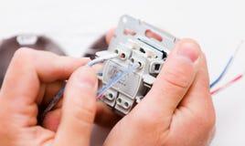 Heimwerker Installing Socket Stockbild