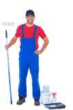 Heimwerker mit bereitstehenden Dosen der Farbenrolle auf weißem Hintergrund Lizenzfreie Stockfotos