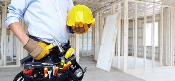 Heimwerker mit einem Werkzeuggurt. Lizenzfreie Stockbilder