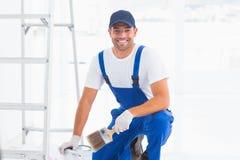 Heimwerker mit Malerpinsel und kann zu Hause Stockbild