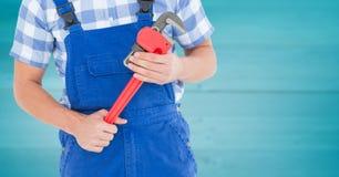 Heimwerker mit rotem Schlüssel gegen undeutliche Purpleheartplatte Stockfotos