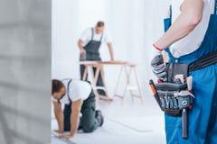 Heimwerker mit Werkzeuggurt lizenzfreie stockbilder