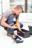 Heimwerker mit Werkzeugkasten Stockbild