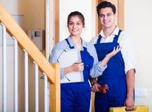 Heimwerker und Assistent in der Uniform stockfotos