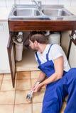 Heimwerker unter der Wanne Lizenzfreies Stockfoto