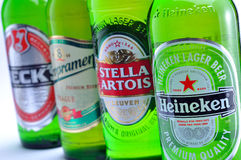Heineken, artois de Stella, Staropramen, cubas de tintura Imagenes de archivo