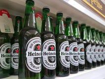 Heineken-Bier auf Ladenregalen Stockbilder