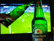 Heineken-Bier in het achtergrondvoetbalspel royalty-vrije stock foto's